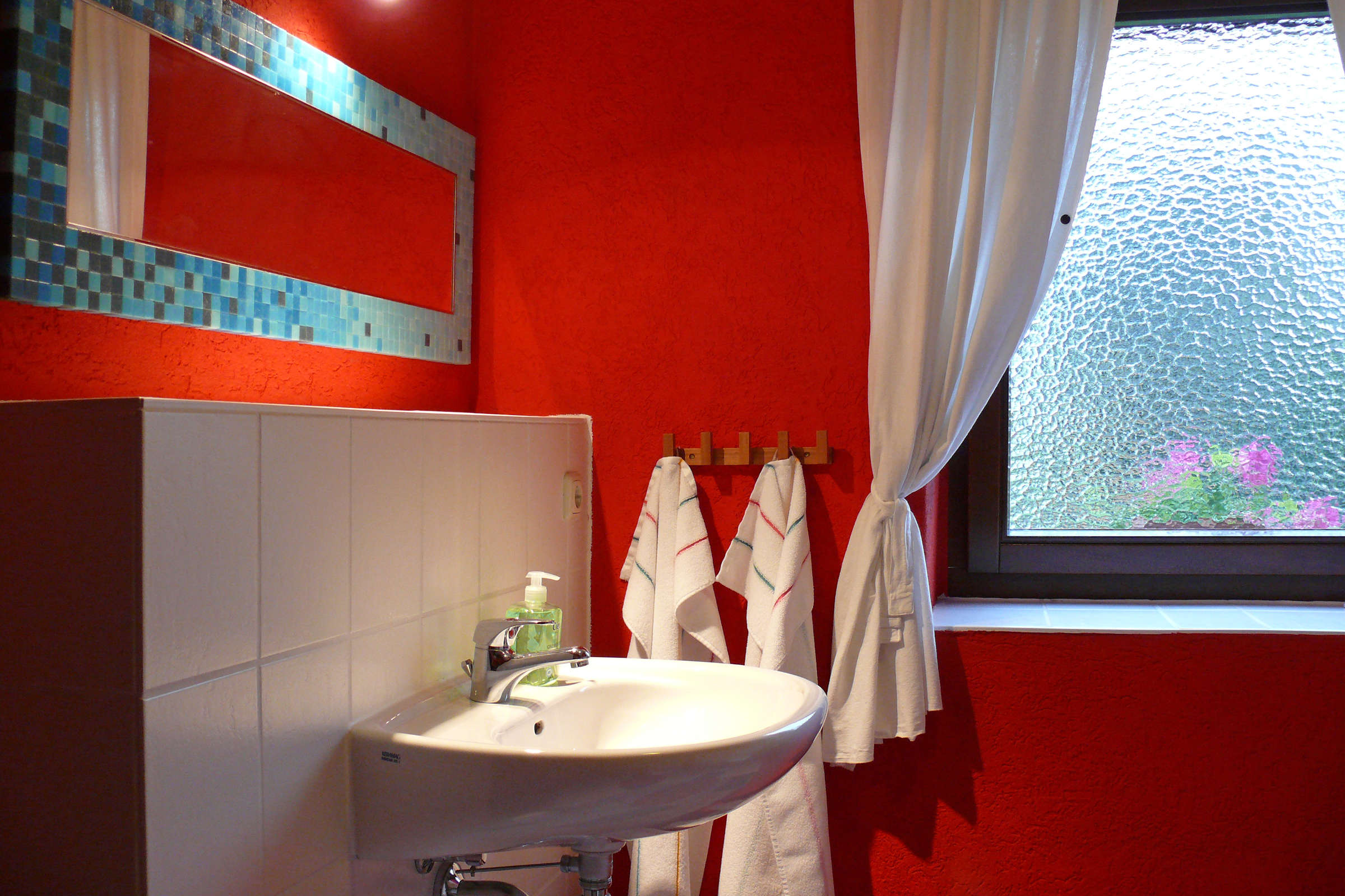 Bad mit Waschbecken, WC und Duschkabine